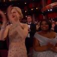 Nicole Kidman applaudissant l'arrivée de Charlize Theron et Shirley MacLaine sur la scène du Théâtre Dolby lors des Oscars à Los Angeles le 26 février 2017