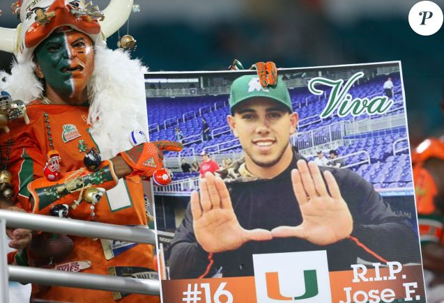Hommage à José Fernandez de la part de l'Université de Miami le 8 octobre 2016 avant le début d'un match de baseball, à la mémoire du lanceur des Miami Marlins qui a trouvé la mort à 24 ans le 25 septembre 2016 dans un accident de bateau.