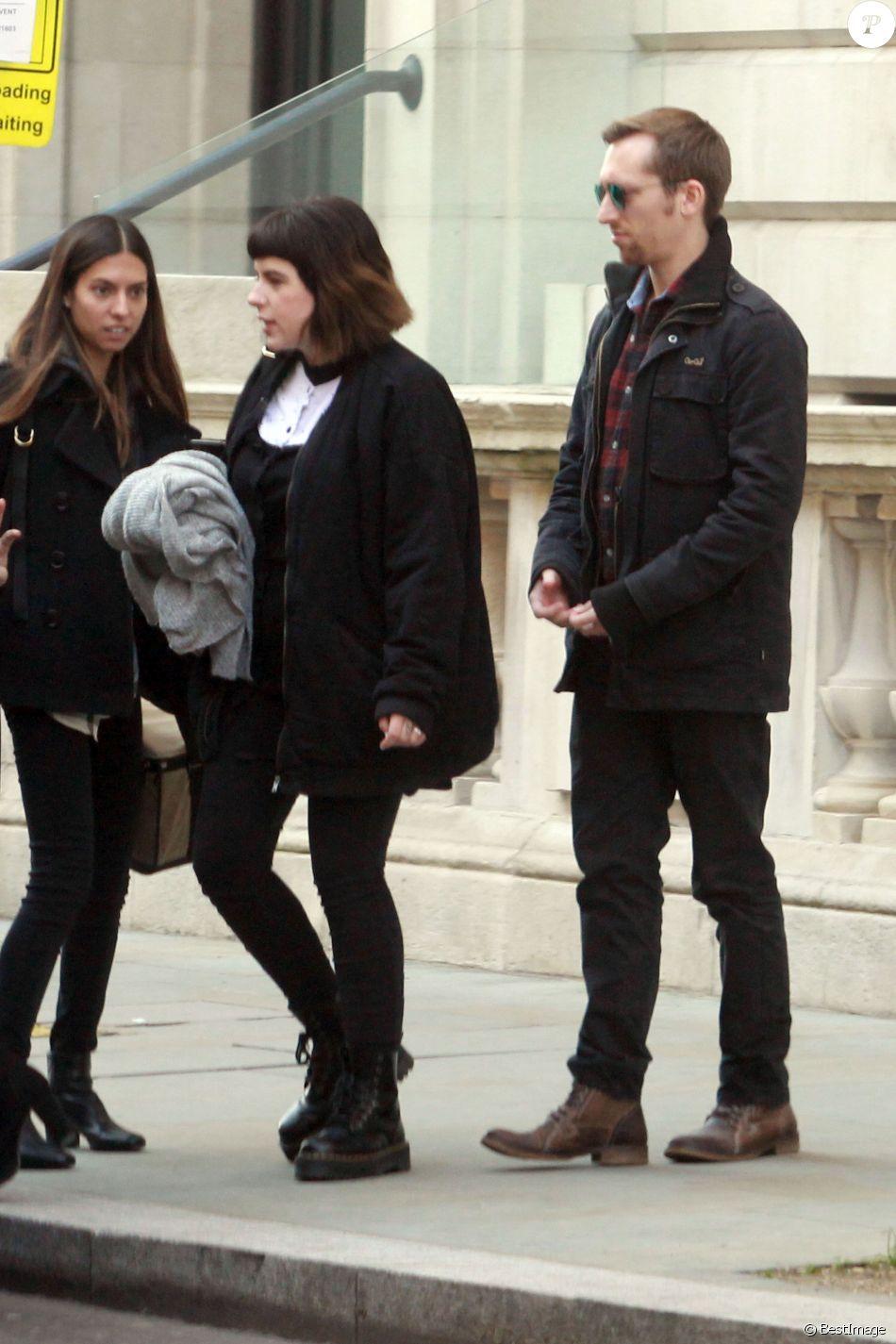 Exclusif - Max Parker et sa femme Isabella Cruise (fille adoptive de Tom Cruise et Nicole Kidman) à Londres le 22 janvier 2017, sortant de leur résidence privée de Whitehall avant de se rendre dans le centre de Londres pour aller voir la représentation de Harry potter.