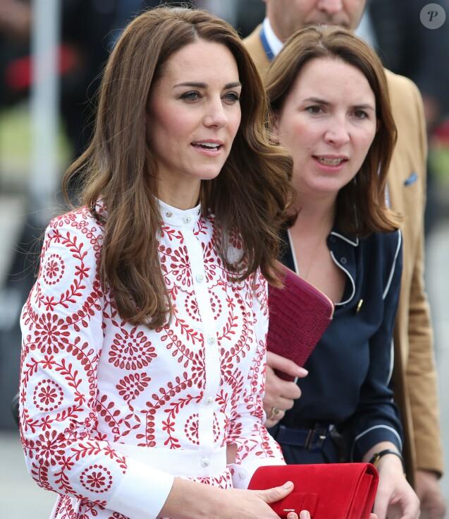 Rebecca Deacon, secrétaire particulière de Kate Middleton depuis 2012, au côté de la duchesse de Cambridge le 25 septembre 2016 à Vancouver lors de la tournée royale au Canada. Rebecca a annoncé sa démission et quittera le service de la duchesse de Cambridge et de la famille royale à l'été 2017.