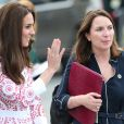 Rebecca Deacon, secrétaire particulière de Kate Middleton depuis 2012 après avoir servi depuis 2007 le prince William et le prince Harry, au côté de la duchesse de Cambridge le 25 septembre 2016 à Vancouver lors de la tournée royale au Canada. Rebecca a annoncé sa démission et quittera le service de la duchesse de Cambridge et de la famille royale à l'été 2017.
