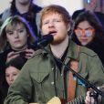 """Ed Sheeran chante sur le plateau du """"Today Show"""" au Rockefeller Plaza à New York, le 8 mars 2017."""