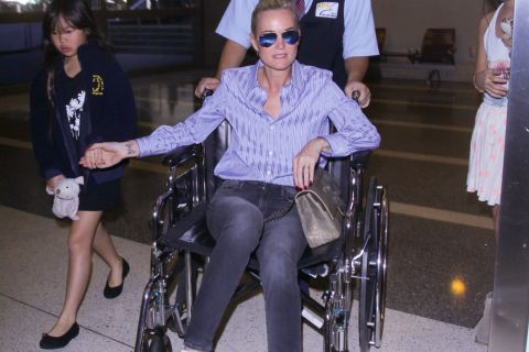Laeticia Hallyday : En fauteuil roulant, la voilà à Paris