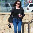 Caitlyn Jenner avec un café à la main dans le rue à Malibu le 14 février 2017.