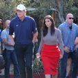 Kim Kardashian retrouve son ex-beau-père Bruce Jenner sur Melrose à Los Angeles, le 20 octobre 2014, malgré la polémique entre Kris Jenner et Bruce Jenner.