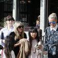 Joy et Jade - Johnny Hallyday, souriant, très en forme et très amoureux de sa femme Laeticia sort déjeuner en famille au Water Grill de Santa Monica le 18 mars 2017 pour l'anniversaire de Laeticia qui fête le jour même ses 42 ans.