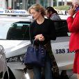 """Exclusif - L'actrice Bella Heathcote ( """"50 nunances plus sombres""""), fraîchement fiancée, arrive à l'aéroport de Sydney le 25 février 2017"""