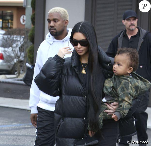 Kim Kardashian, son mari Kanye West et leur fils Saint à Woodland Hills, le 19 février 2017.