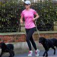 A quelques semaines de son mariage, Pippa Middleton entretient sa silhouette, comme lors de cette séance de running avec ses chiens le 16 mars 2017 à Londres, dans les parages de la maison de South Kensington où elle vit avec son fiancé James Matthews.