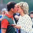 La princesse Diana et le prince Charles, auquel elle remet un prix au terme d'un match de polo, en juin 1987.