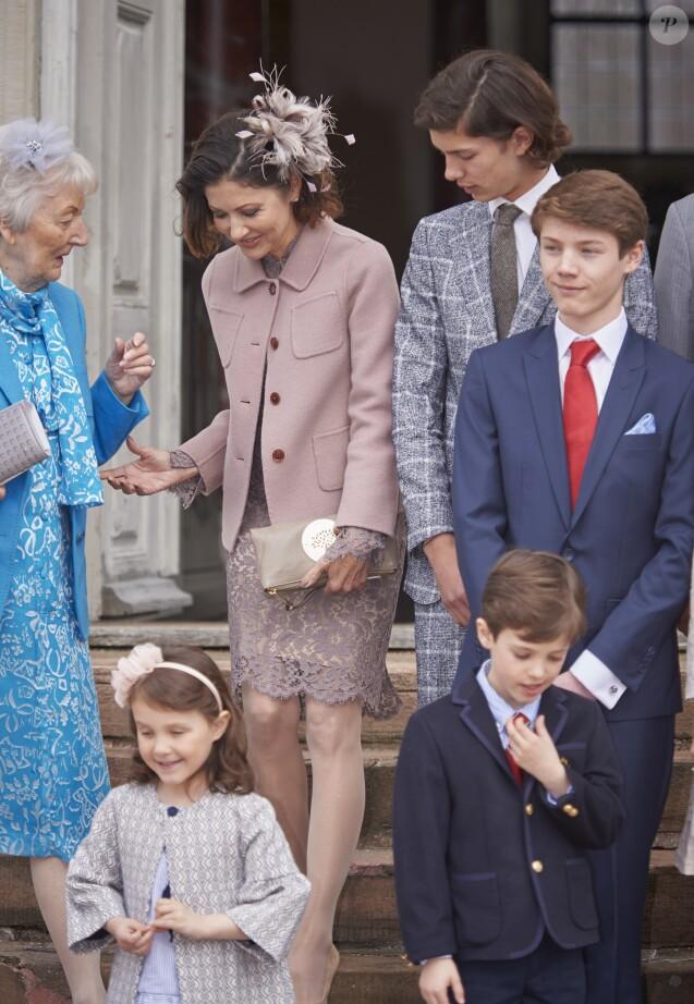 La comtesse Alexandra de Frederiksborg, sa mère Christa Manley, son fils aîné le prince Nikolai et (au premier plan) la princesse Athena et le prince Henrik lors de la confirmation du prince Felix de Danemark (costume bleu, cravate rouge) en la chapelle du palais de Fredensborg le 1er avril 2017.