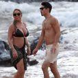 Exclusif - Mariah Carey et son compagnon le chorégraphe Bryan Tanaka s'embrassent et s'amusent sur la plage à Hawaii, le 28 novembre 2016.