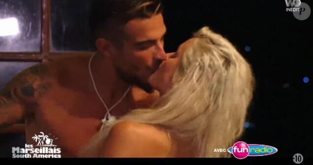 """Julien Tanti et Carla s'embrassent - """"Les Marseillais South America"""", W9, avril 2017"""