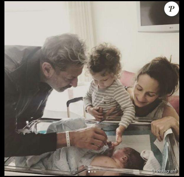 Jeff Goldblum, son épouse Emilie Livingston et leur fils Charlie après la naissance du dernier membre de la famille, le petit River, en avril 2017.