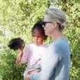 Charlize Theron avec ses enfants Jackson et August dans les rues de Los Angeles, le 11 avril 2017