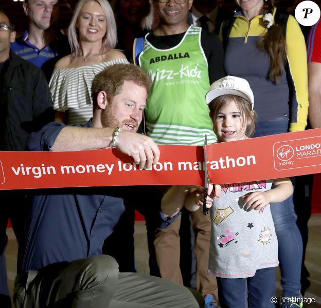 """Le Prince Harry ouvre le """"Virgin Money London Marathon Expo"""" au centre sportif ExCel à Londres, Royaume Uni, le 19 avril 2017."""