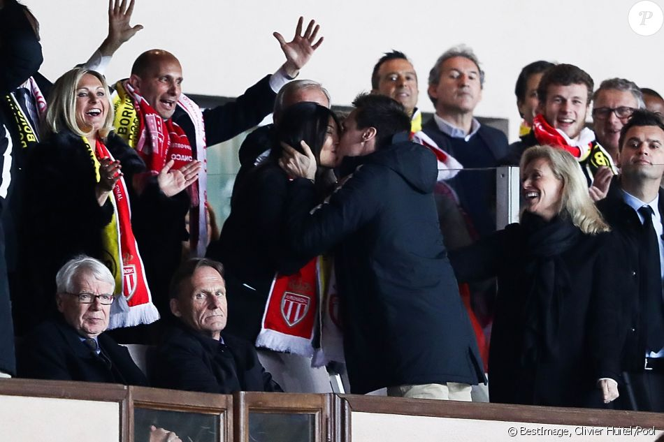 Louis Ducruet et sa compagne Marie s'embrassent lors de la victoire de l'AS Monaco contre le Borussia Dortmund (3-1) au stade Louis-II de Monaco le 19 avril 2017, synonyme de qualification pour les demi-finales de la Ligue des Champions. © Olivier Huitel/Pool/Bestimage