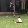 André-Pierre Gignac joue au foot avec son fils Eden, un an et demi, dans le jardin de sa maison au Mexique, en avril 2017. Image issue d'une vidéo Instagram.