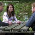 Le prince William, Kate Middleton et le prince Harry discutant le 19 avril 2017 lors du tournage d'une vidéo (diffusée le 21 avril) pour l'opération Ok To Say de leur campagne Heads Together en faveur de la santé mentale. L'occasion pour William et Harry d'évoquer comme jamais, les yeux dans les yeux, le traumatisme de la mort de leur mère Lady Di.