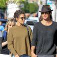Nikki Reed et son mari Ian Somerhalder se promènent main dans la main à Beverly Hills, le 21 novembre 2016