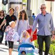 Exclusif - L'acteur Eric Dane et sa femme Rebecca Gayheart avec leurs filles Billie et Georgia font du shopping à Hollywood le 2 Avril 2016.