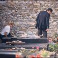 Alain Delon et Mireille Darc sur la tombe de Romy Schneider en juin 1982