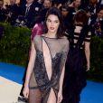 """Kendall Jenner sur le tapis rouge du MET 2017 Costume Institute Gala sur le thème de """"Rei Kawakubo/Comme des Garçons: Art Of The In-Between"""" à New York, le 1er mai 2017."""