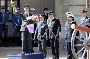 Estelle de Suède : Un gros câlin à son papy le roi, tandis qu'Oscar observe...