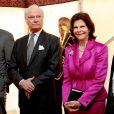 Le roi Carl XVI Gustaf de Suède inaugurait avec son épouse la reine Silvia le musée Vikingaliv à Stockholm le 28 avril 2017 et n'a pas hésité à enfiler un heaume !