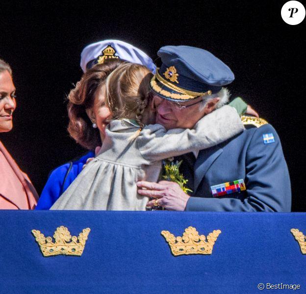 La princesse Estelle de Suède a fait un gros câlin à son papy le roi Carl XVI Gustaf au balcon du palais royal lors des célébrations de son 71e anniversaire à Stockholm le 30 avril 2017