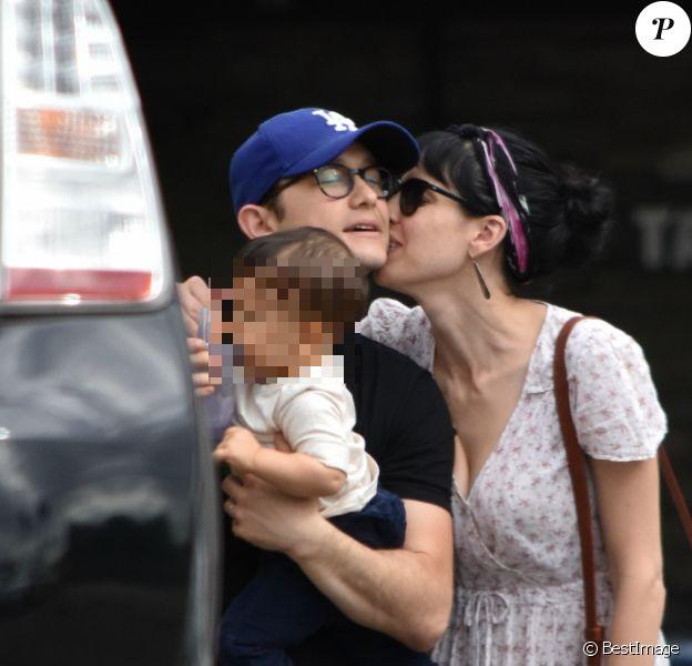 Joseph Gordon-Levitt et sa femme Tasha McCauley se baladant avec leur fils dans les rues de Los Angeles, le 29 octobre 2016