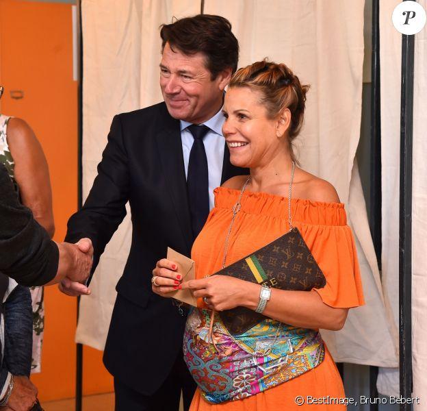 Laura Tenoudji (alias Laura du Web sur France 2), enceinte, et son mari Christian Estrosi se sont rendus dans un bureau de vote le 7 mai 2017 à Nice pour le second tour de l'élection présidentielle de 2017. © Bruno Bebert/Bestimage