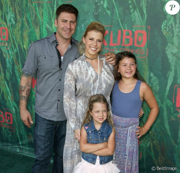 "Jodie Sweetin, son fiancé Justin Hodak et ses filles Zoie Laurel May Herpin et Beatrix Carlin Sweetin Coyle lors de la première de ""Kubo and the Two Strings"" à Universal City, le 14 août 2016."