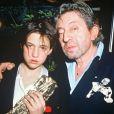 """Charlotte Gainsbourg après avoir reçu le César du meilleur espoir féminin pour le film """"L'Effrontée"""" en 1986. A ses côtés, Serge Gainsbourg prend fièrement la pose."""