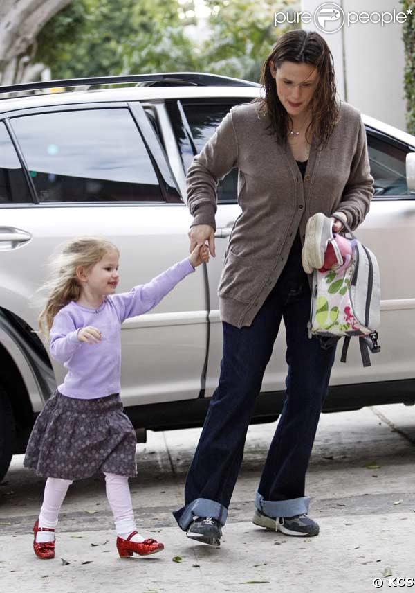 Violet Affleck a hâte de montrer sa nouvelle paire de chaussure à l'école !