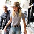 Exclusif - Miley Cyrus prend des selfies avec des fans avant de rentrer dans un immeuble à New York, le 15 mai 2017