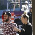 Exclusif - Miley Cyrus et son compagnon Liam Hemsworth se promènent et font du shopping avec un ami à Malibu le 6 janvier 2017