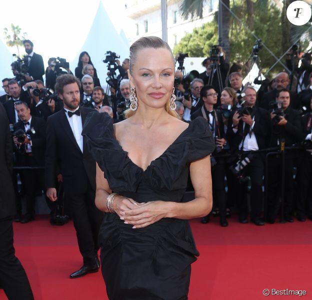 """Pamela Anderson (robe Vivienne Westwood) - Montée des marches du film """"120 battements par minute"""" lors du 70ème Festival International du Film de Cannes, France, le 20 mai 2017. © Denis Guignebourg Bestimage"""