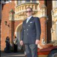 Roger Moore posant avec les voitures originales de James Bond en 2008 à Londres