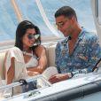 Kourtney Kardashian et son compagnon Younes Bendjima quittent l'hôtel du Cap Eden Roc en bateau lors du 70ème Festival International du Film de Cannes le 24 mai 2017.