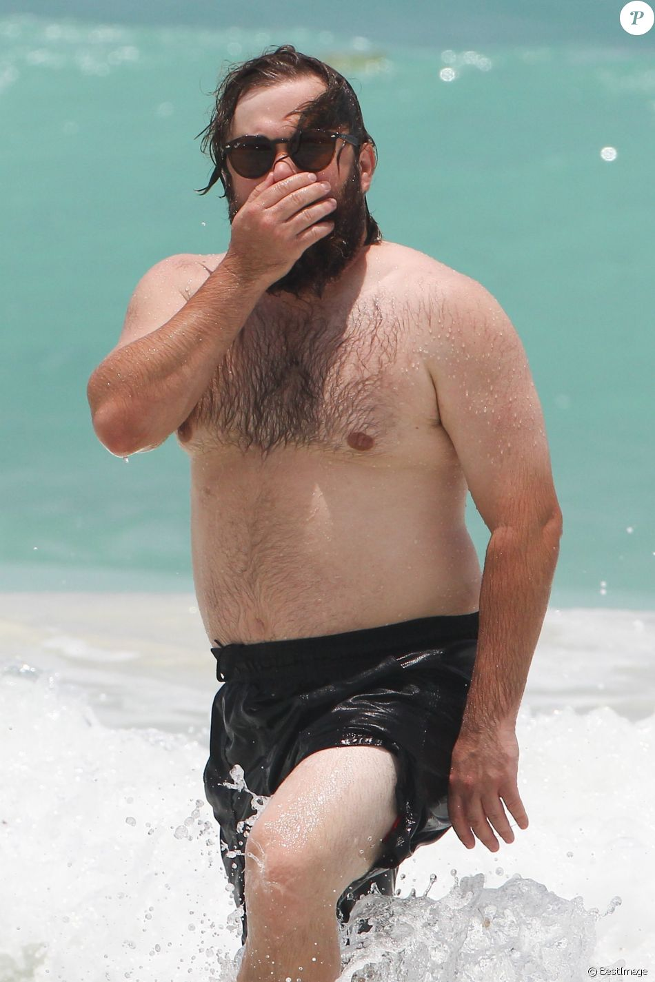 Exclusif - Haley Joel Osment s'amuse dans les vagues avec une mystérieuse inconnue lors de ses vacances à Cancun au Mexique, le 26 mai 2017