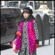 Betty Suarez s'essaye à la classe attitude : manteau à motifs noir et blanc, écharpe rose fuschia et bonnet ! Un petit 4/10 sur l'échelle du moche. Elle a fait pire !