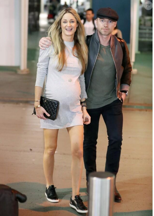 Exclusif - Storm Keating enceinte va chercher son mari Ronan Keating à l'aéroport de Sydney, le 27 mars 2017.