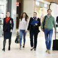 James Matthew, mari de Pippa Middleton (ici lors de leur passage par l'aéroport de Sydney pour rallier Darwin, le 1er juin 2017 en Australie), porte bien à l'annulaire de la main gauche une alliance, un usage peu courant chez les hommes de la haute société britannique.