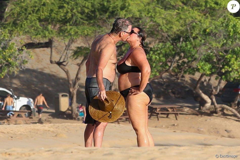 Exclusif - Pierce Brosnan embrasse sa femme Keely Shaye Smith en vacances sur une plage à Hualalai à Hawaii. Le couple profite de vacances romantiques pour fêter l'anniversaire de Pierce (64 ans). Le 18 mai 2017