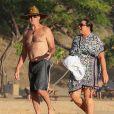 Exclusif - Pierce Brosnan se promène avec sa femme Keely Shaye Smith en vacances sur une plage à Hualalai à Hawaii. Le couple profite de vacances romantiques pour fêter l'anniversaire de Pierce (64 ans). Le 18 mai 2017