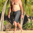 Exclusif - Pierce Brosnan discute, se promène et embrasse sa femme Keely Shaye Smith en vacances sur une plage à Hualalai à Hawaii. Le couple profite de vacances romantiques pour fêter l'anniversaire de Pierce (64 ans). Le 18 mai 2017