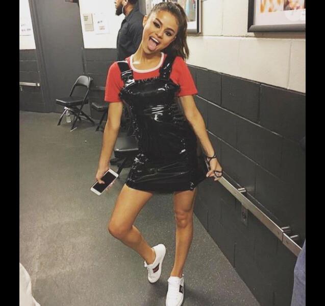 Photo de Selena Gomez à New York publiée le 6 juin 2017. L'actrice et chanteuse porte un t-shirt Hesperios Collection, une robe en vinyle ALEXACHUNG et des baskets Gucci.