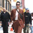 """Kendall Jenner photographiée à New York le 5 juin 2017, porte une veste et un pantalon rayés Wolk Morais (""""Collection 5"""", automne-hiver 2017), une banane Louis Vuitton et des baskets YEEZY (modèle adidas Powerphase """"Calabasas"""")."""