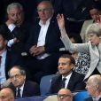 Le président Emmanuel Macron et le premier ministre du Royaume-Uni Theresa May font la Ola lors du Match amical France - Angleterre au Stade de France le 13 juin 2017. © Cyril Moreau/Bestimage